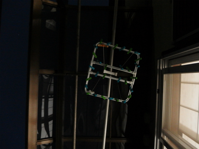 空を見上げたら、物干し竿と洗濯物ハンガー。実家を感じる。