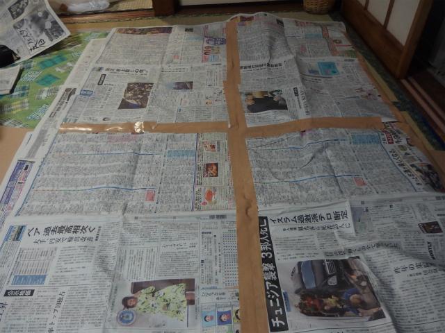 プラモデルにスプレーで色を付けるときに新聞紙を引くがそれっぽい。作業場みたい。