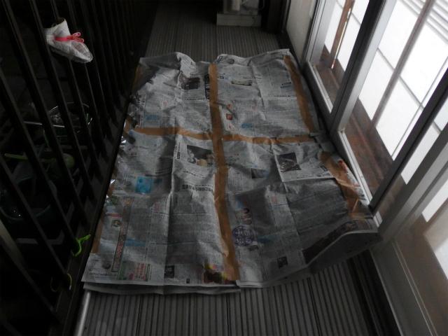 ベランダいっぱいに広がる新聞紙寝袋。外でスプレーを使うから敷いたわけではない。