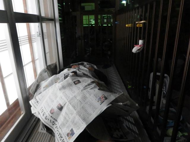 2分経過。寒くて新聞を巻きつけようとする。