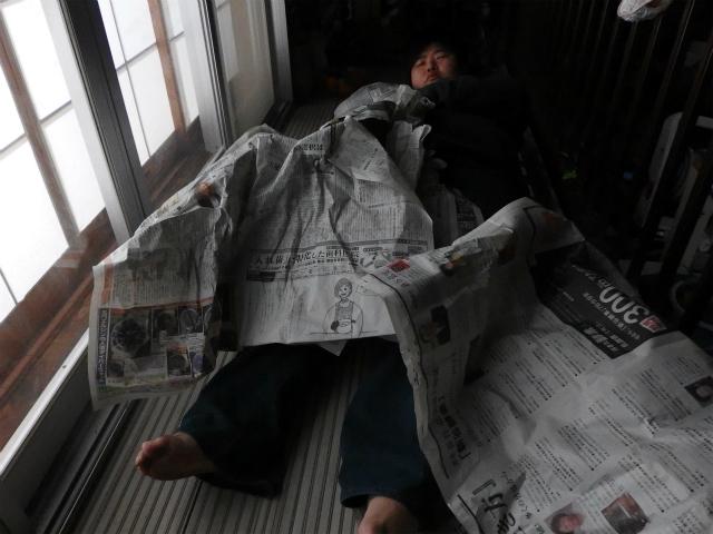 5分経過。あんなに幅があった新聞紙寝袋だったが、最終的には1枚になった。