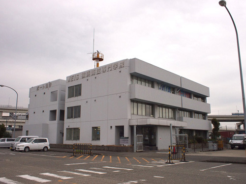 作中では入口付近にうっそうと木が生い茂っていた。JEIS横浜海技専門学院