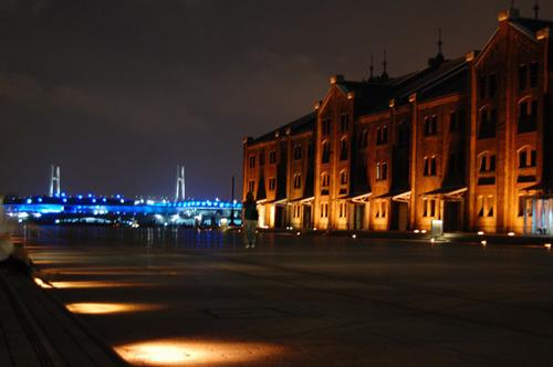 ライトアップされた赤レンガ倉庫。放送当初、ベイブリッジはまだ存在しない