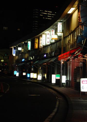 夜の都橋マーケット。 同施設の中で最も古くから経営している店舗は「わだち」だそうだ。