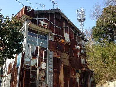 『はいしゃ』大竹伸朗 歯科医院兼住居であった建物をまるごと作品化していて、中身は奇想天外のギョーテン・コーフンの連続。実は自由の女神も住んでいるのだ。