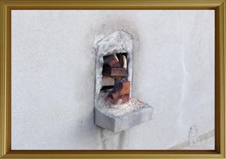 『壁詰』作者:不明 人は、穴を見ると何か詰めたくなるのだろうか。