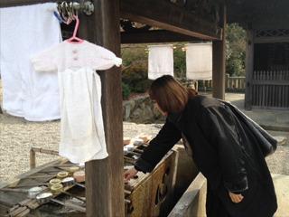前日に行った屋島神社の手水舎には、洗濯物がフツーに干してあった。これもアートだと言えよう。 言えません。