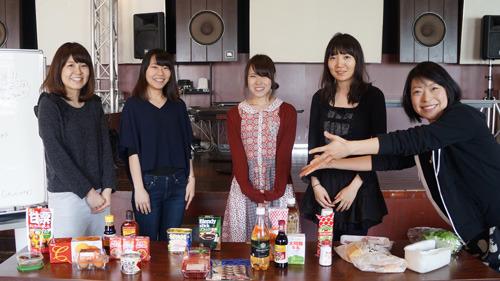 プロジェクトメンバーは当サイトを運営するニフティより、エンジニアの左から角田、藤田、丸本、加賀谷。そしてわたくしサイト編集部の古賀の5名。はからずも全員女性が集まった
