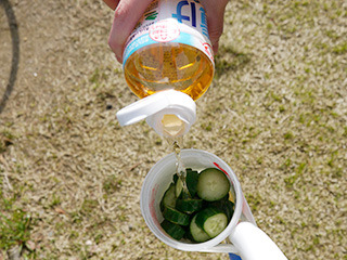 もう一方の振っても液漏れしない容器にはキュウリと浅漬けの素を入れる