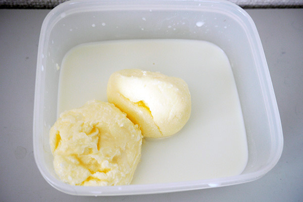 2つの容器から取り出したバター