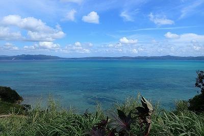 沖縄の海。3月末のこの時季には、もう海開きがちらほらと始まる。