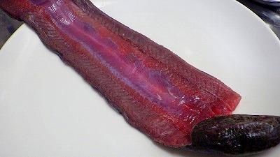 タウナギという魚も似たような身の色だったがおいしかった。オオイカリナマコも案外いけるかもしれない。