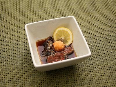 オオイカリナマコの酢の物。沖縄らしくシークワーサーを添えるつもりが時季外れで手に入らず。レモンで代用。
