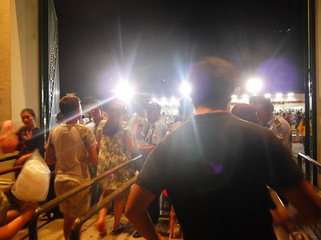 レース場を照らす照明が、まるでセレブか政治家が当てられるマスコミフラッシュの如し。