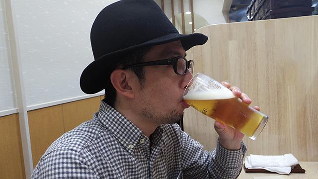 生ビールを飲みながらばかしを待つ