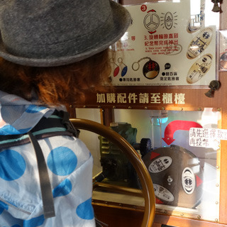 日本にはないコインを潰して刻印する装置