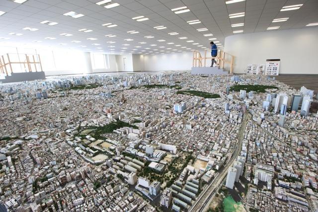 圧倒的!異常な再現度で、凝縮された東京の街がここにありました。地形は(ジオラマ上で)1mm単位の精度で再現、都市計画中のまだ存在しないビルも。(石川)