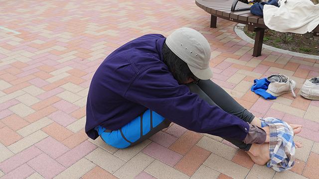 体育座りのまま着替える。徹底的に体を折る