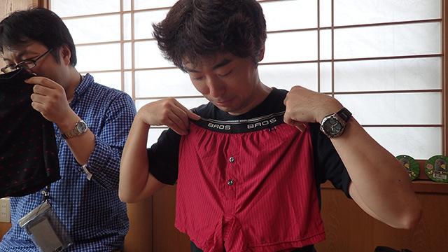 記事『履き心地のいいパンツはノーパンを超えられるのか』の撮影にて。「後ろをむいて着替えろ」と指示があった。思い出すな、小学生の着替えを
