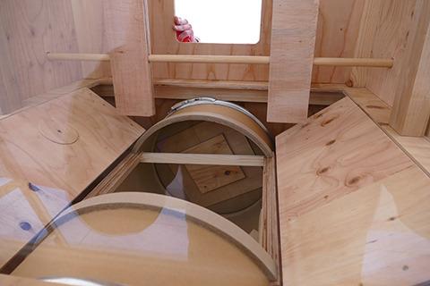 ガチャマシーン内部。中央シリンダーの穴にカプセルが入った状態でハンドルを回すと下に転がり出てくる。