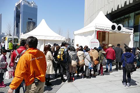 初日午後のガチャ待ちの列。すでにかなりの人数。