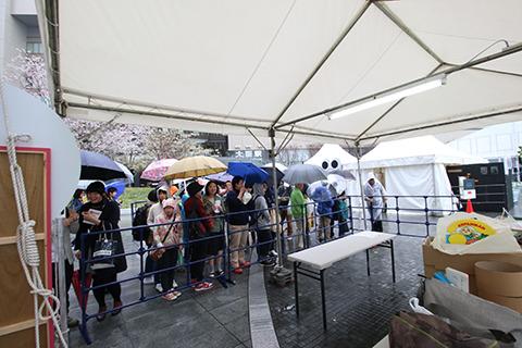 最終日。雨だというのにオープン待ちの列。