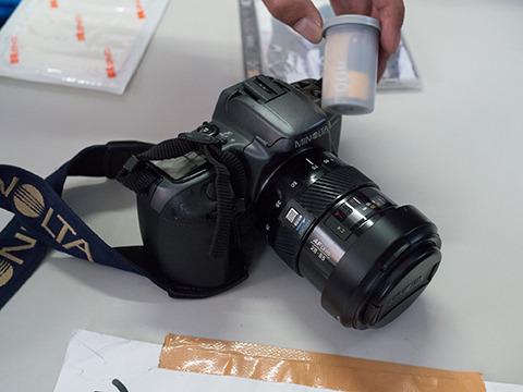 デジカメかと思ったらフィルムいれるカメラ。親切にもフィルム付き。