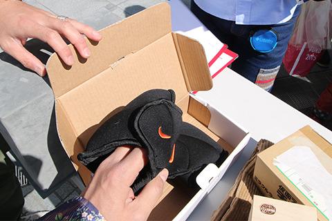 箱を受け取った瞬間、重量感にびびったパワーアンクル(足に巻くトレーニング用おもり)。