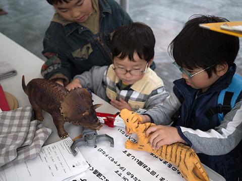 恐竜と虎バトル。
