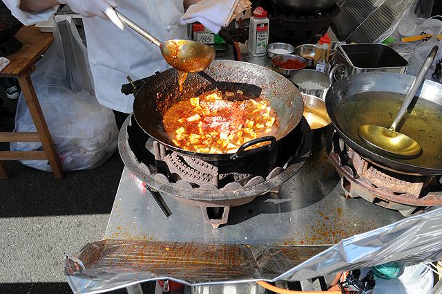 麻婆丼でも300円。全体的に見た目は地獄っぽい。