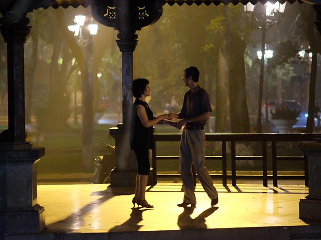 ロマンチックに社交ダンスをする人。