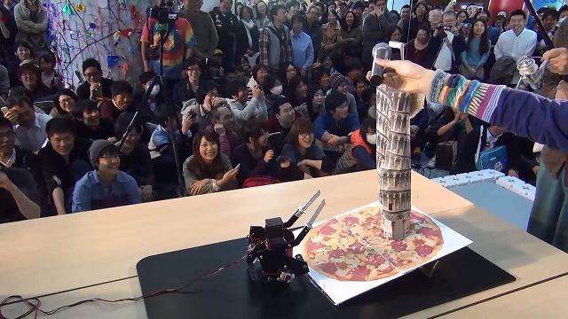 「チャーハンあるよ」「おいしいチャーハンあるよ」の挑発に動じず、ピザに乗り上げる前に停止するTSUKUBOT4号。このとき、勝負は完全に彼の手の内に。
