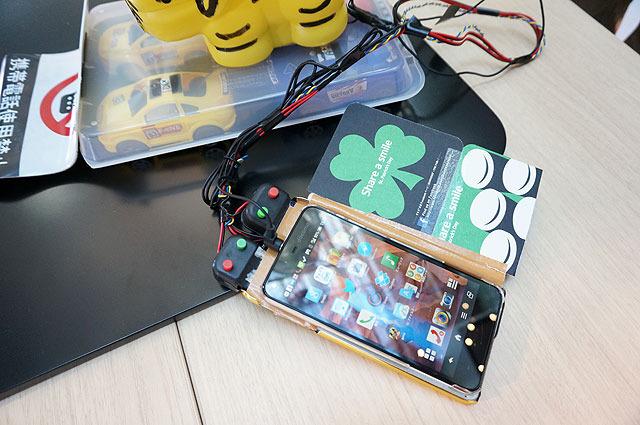 操作はハイテクノロジーペナルティ覚悟でiPhone(に貼り付けたリモコン)を使用。時にはカメラフラッシュを使用して目くらましを行うことも。