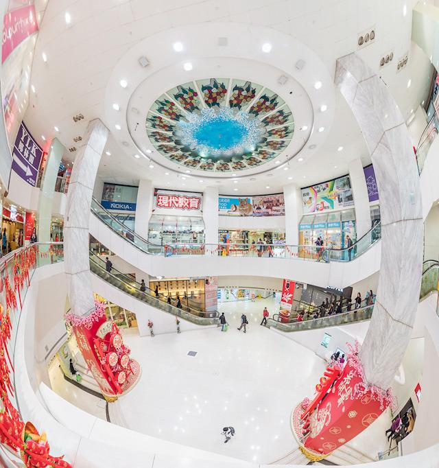 これは中心地から離れた駅「柴湾(Chai Wan)」にある「新翠商場」というモールの吹き抜け。なんでこんな駅(ふつう観光客は絶対行かない街)で降りたかというと、ここには香港を代表する団地があるから。郊外のモールって感じでぐっとくる。(大きな画像はこちら)