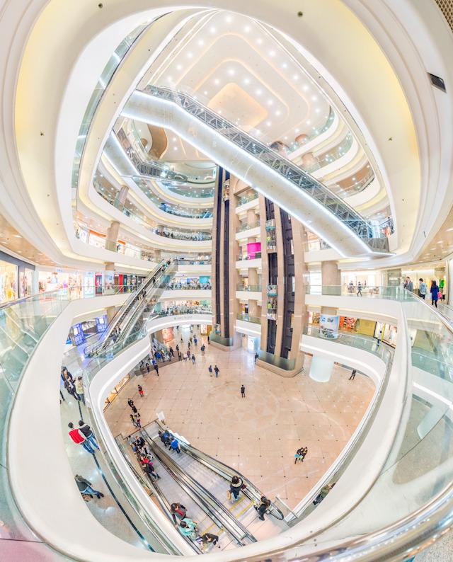 このダイナミックなエスカレーターの走り具合はまさにモールの真骨頂。香港で最も有名なモール「Times Square」の吹き抜け。(大きな画像はこちら)