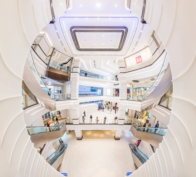 「Miramar Shopping Centre」の吹き抜け。空間と柱の関係が複雑で、トリッキーな写真になってしまった。(大きな写真はこちら)