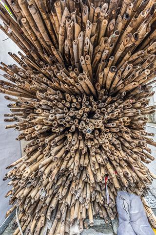 香港名物といえば竹で組んだ足場ですが、路上に積んであるのを見かけた。すごい。