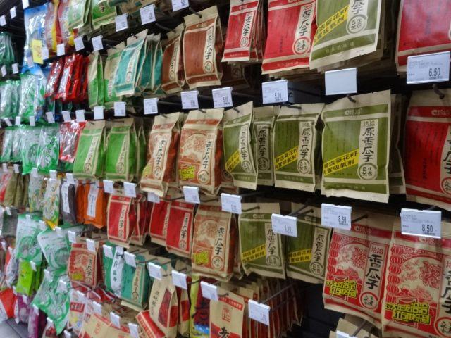ひまわりの種は中国人のソウルフード。 水餃子コーナー並にひまわりの種コーナーの商品は種類が充実しているのだ。