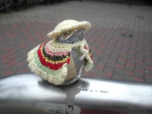 かわいい!マントと帽子の組み合わせ。秋冬は毛糸(写真提供/江ノ島電鉄)