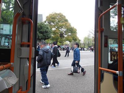 上野公園を経由し、バスは西へ