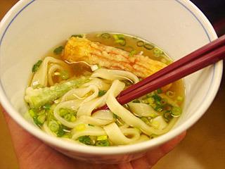 参加者が作った無添加スープの手打ちうどんが、試食で疲れきった舌にことのほか優しかった。