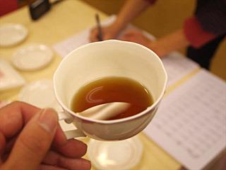 口直しに飲むほうじ茶が、口の中のうま味と混ざって昆布茶みたいな味になるぞ。