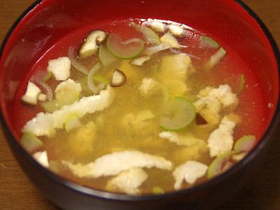椎茸も鰹節も昆布も最初から入っているスープにうま味を足すという実験。