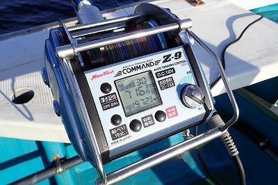 深海への気軽なコンタクトを可能にしてくれる神器、電動リール。この日、その水深計は700mをたびたび超えていた。