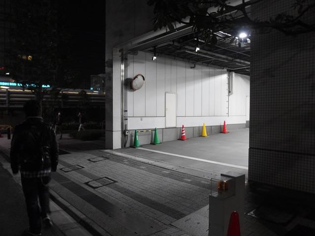 とある放送局の裏出口。シーブックさんが言うには、昔はここから出演者が出てきてくれたらしい。
