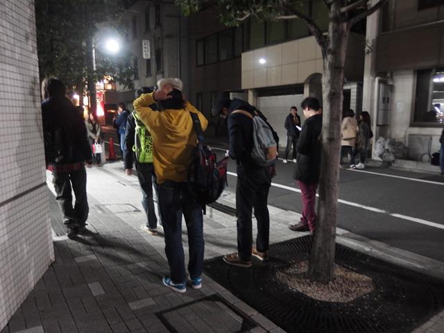 パラパラと人が集まり始めた。中には涙を払うような仕草をしているような人もいた。