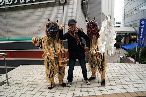 秋田彩美館にナマハゲが来ていたので一緒に撮った。「ナマハゲと撮れますよ~」と言われたからだ。