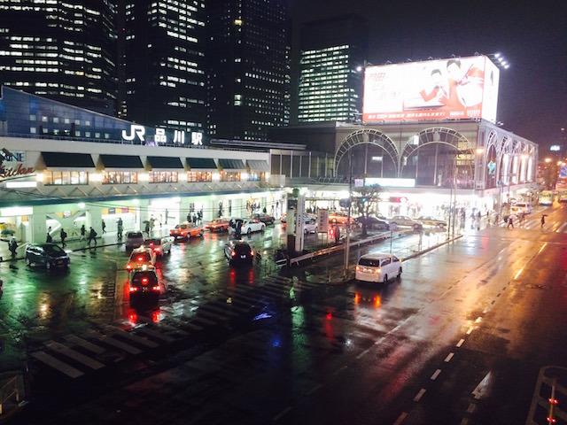 雨に濡れる巨大ターミナル「品川駅」