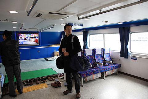 乗船。(この記事の取材に向かう途中の船にて。撮影は同行の神崎氏)