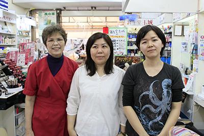 真ん中がわたし。左がタマキ化粧品店、店長の玉城恵子さん。私たちよりきっと肌の水分量は上…!